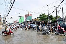 Hà nội tắc cống gây ra tràn nước, ngập úng trên đường