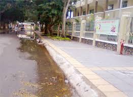 Nước ngập trước trường tiểu học
