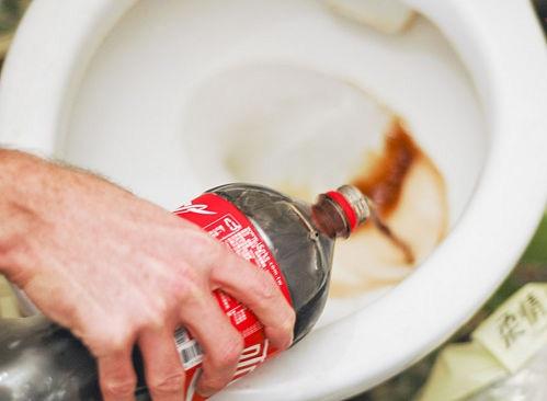 Sử dụng Coca Cola để làm trắng bồn cầu