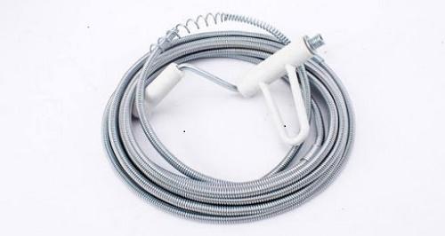 bồn cầu bị nghẹt vật cứng thông bằng dây lò xo