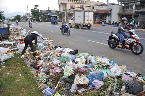 Rác thải vứt tràn ra đường, tạo dịch bệnh phát triển